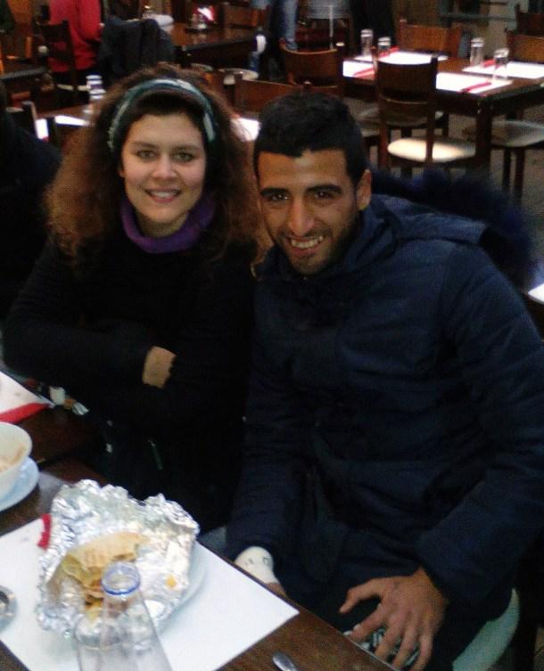 Cenando con Muhammad tras nuestra peripecia en el hospital.