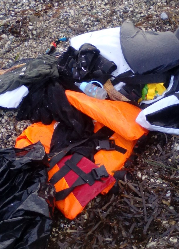 Más restos de la llegada de la barca a Mytilini. Entre ellos, enseres de bebé.