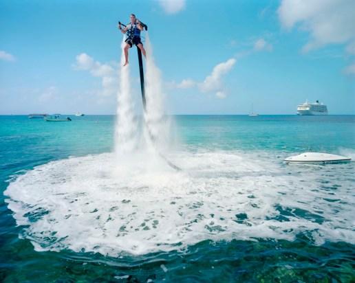 El jetpack es el deporte acuático de moda en las Islas Caimán. Un motor de 2.000 cc de agua propulsa a los clientes por encima del agua. Su precio: 359 dólares por una sesión de 30 minutos. Fuente: GabrieleGalimberti