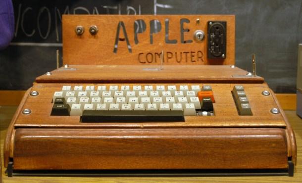 El Apple I, uno de los primeros ordenadores personales y pionero a la hora de combinar teclado y monitor. Hecho a mano por Steve Wozniak y posteriormente vendido gracias a la tentativa de Jobs. El dinero que recaudaron, que no fue mucho, sirvió para desarrollar el Apple II: más ambicioso, visionario, inmortal.
