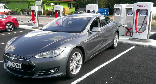 El Model S conectado a un Supercharger.
