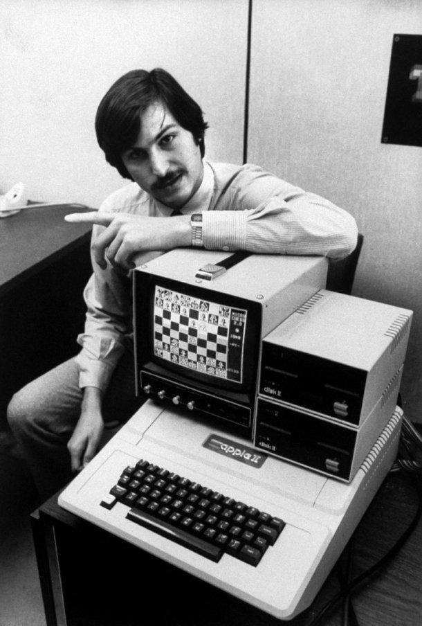 Un joven Steve Jobs posa con el Apple II, un producto clave para entender lo que es Apple.