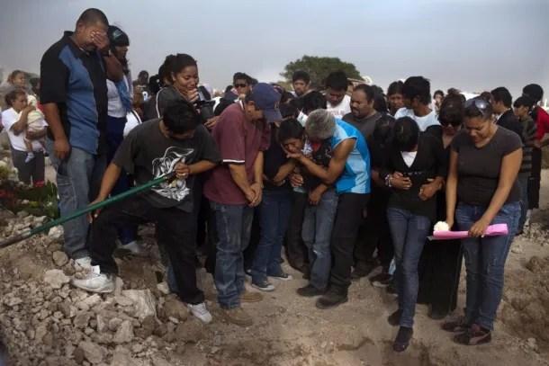 Violencia callejera en Mexico 01 Entierro