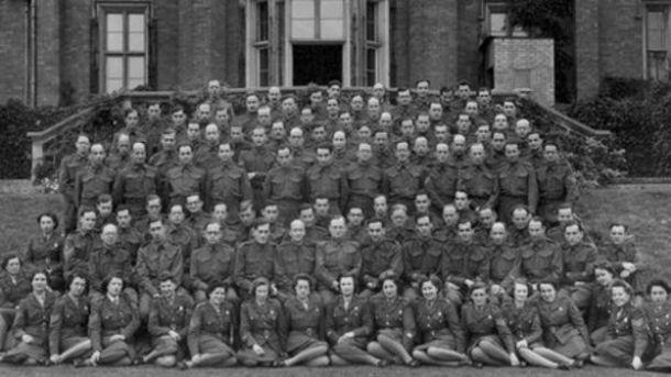 El personal de la mansión, compuesto de varios agentes británicos encubiertos.