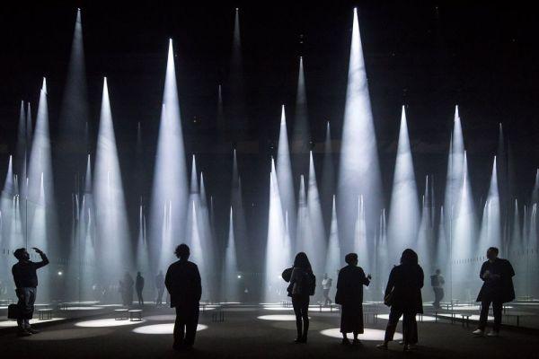 """Instalación de luz conocida como """"Forest of Light"""" por Sou Fujimoto. Laurian Ghinitoiu"""