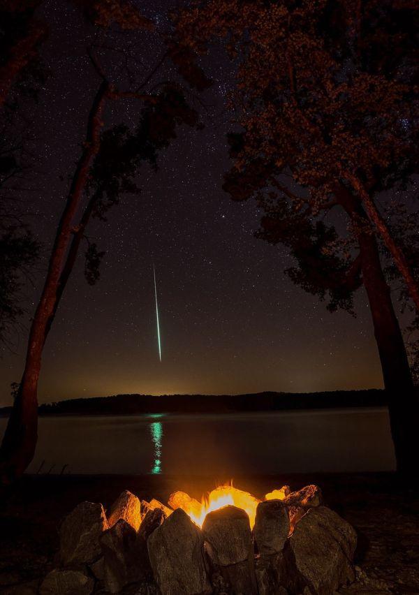Chris Sheridan. Meteoro de las Perseidas sobre el Lago Kerr en Carolina del Norte