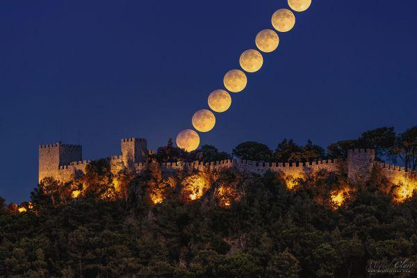 Miguel Claro. Luna llena sobre Castillo de Sesimbra, Portugal
