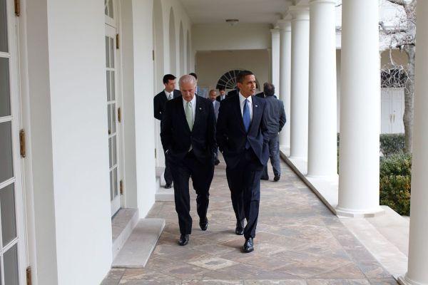 Barack Obama caminando con Joe Biden.  Archivo de Wikimedia Commons. Dominio público.