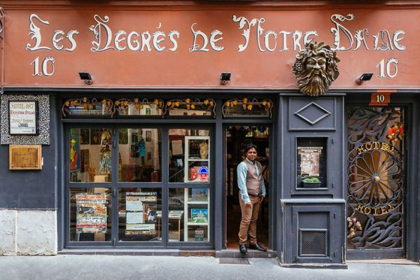the-story-behind-these-iconic-parisian-storefronts-5809c943cdb95__880