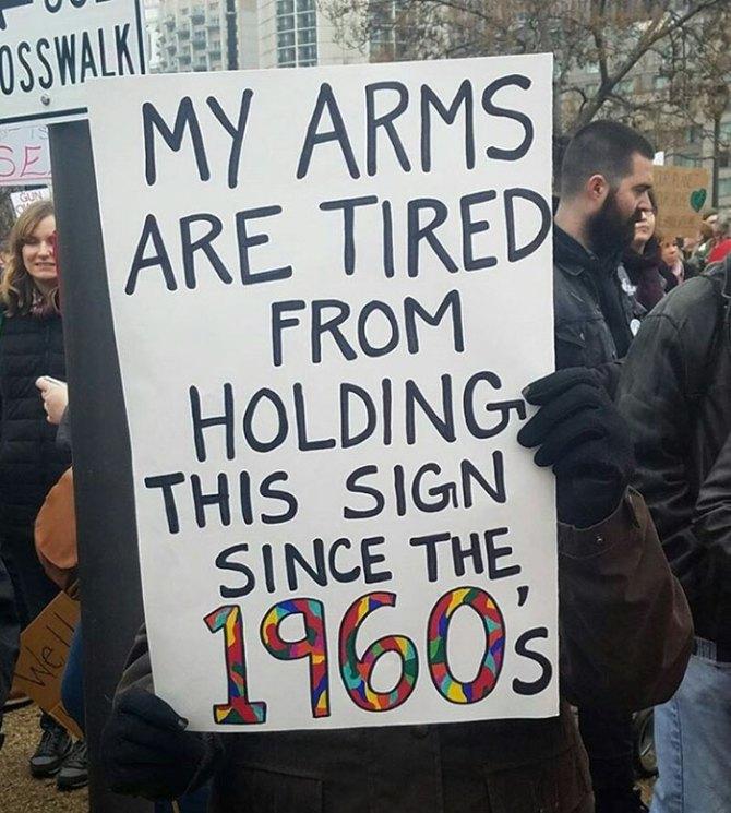 """""""Mis brazos están cansados de sostener este cartel desde los 60s"""". purplepomp"""