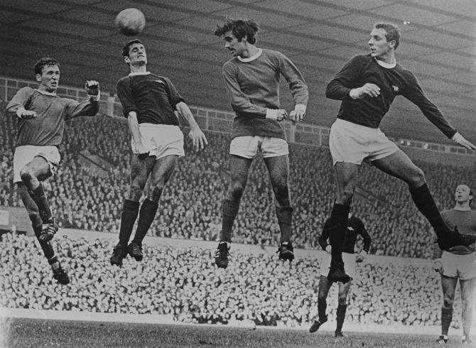 Pat Crerand, Frank McLinktock, George Best y John Radford durante un Manchester United - Arsenal en Old Trafford. El resultado final, 1-0 para los locales. Imagen: Eli J. Bottomley.