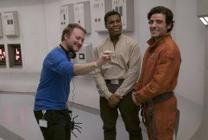 Rian Johnson con John Boyega (Finn) y Oscar Isaac (Poe Dameron) | Imagen: David James. © 2017 Lucasfilm Ltd. All Rights Reserved.