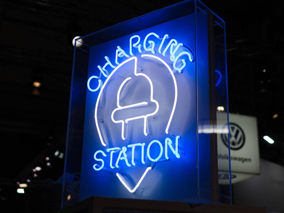 Letrero luminoso de una estación de carga