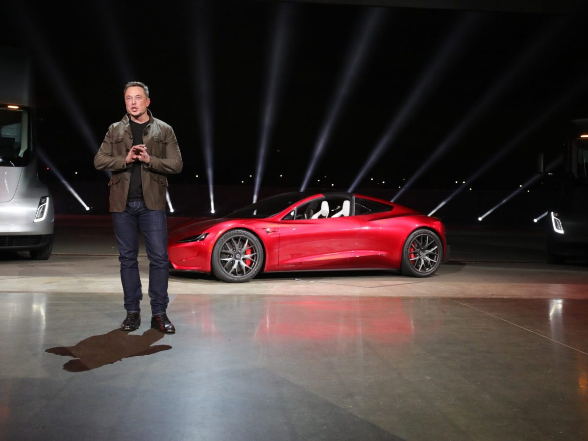 Elon Musk junto a un Tesla Roadster