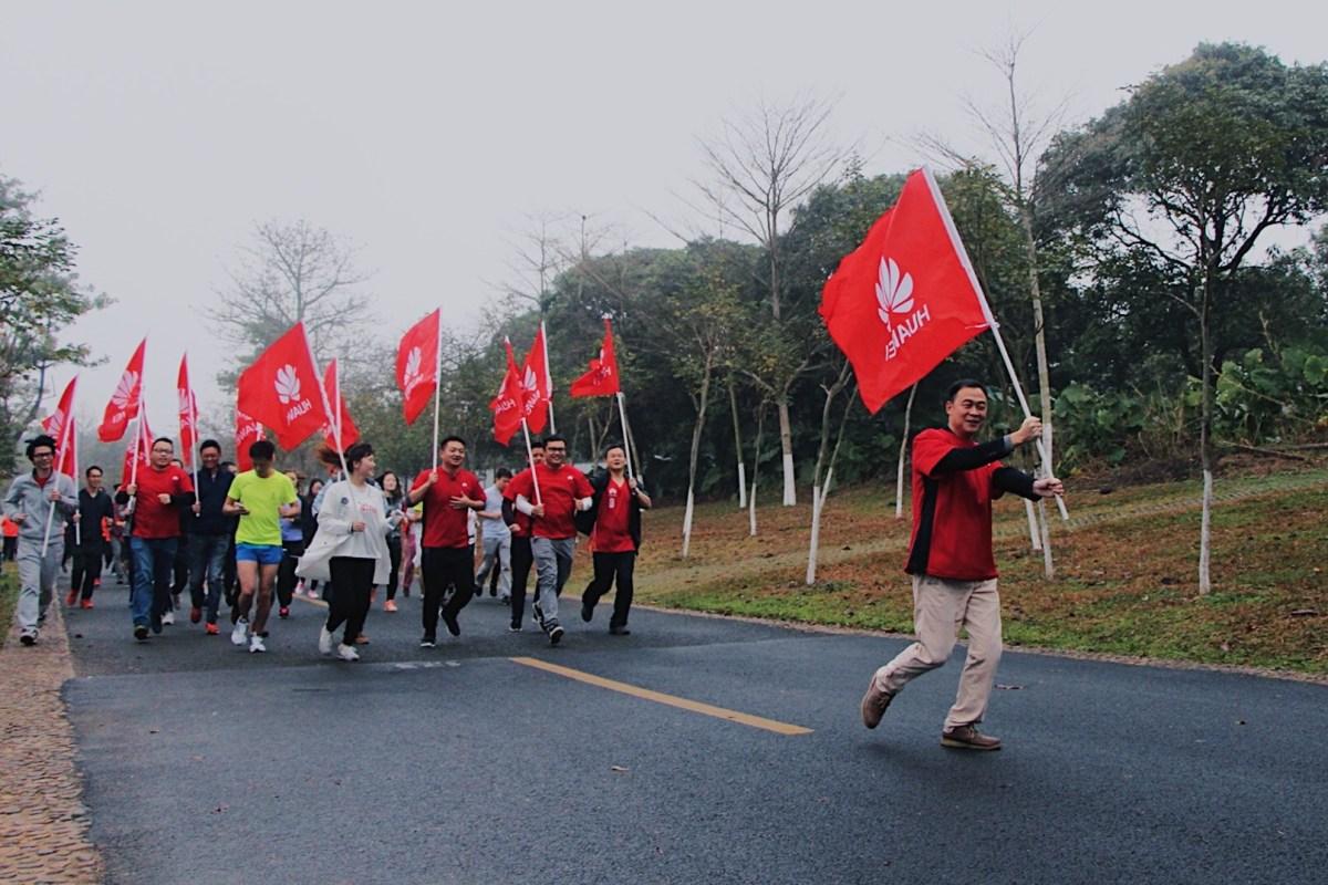 Personas con banderas de Huawei
