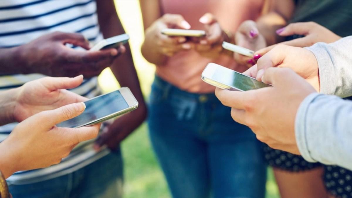 Gente usando un teléfono