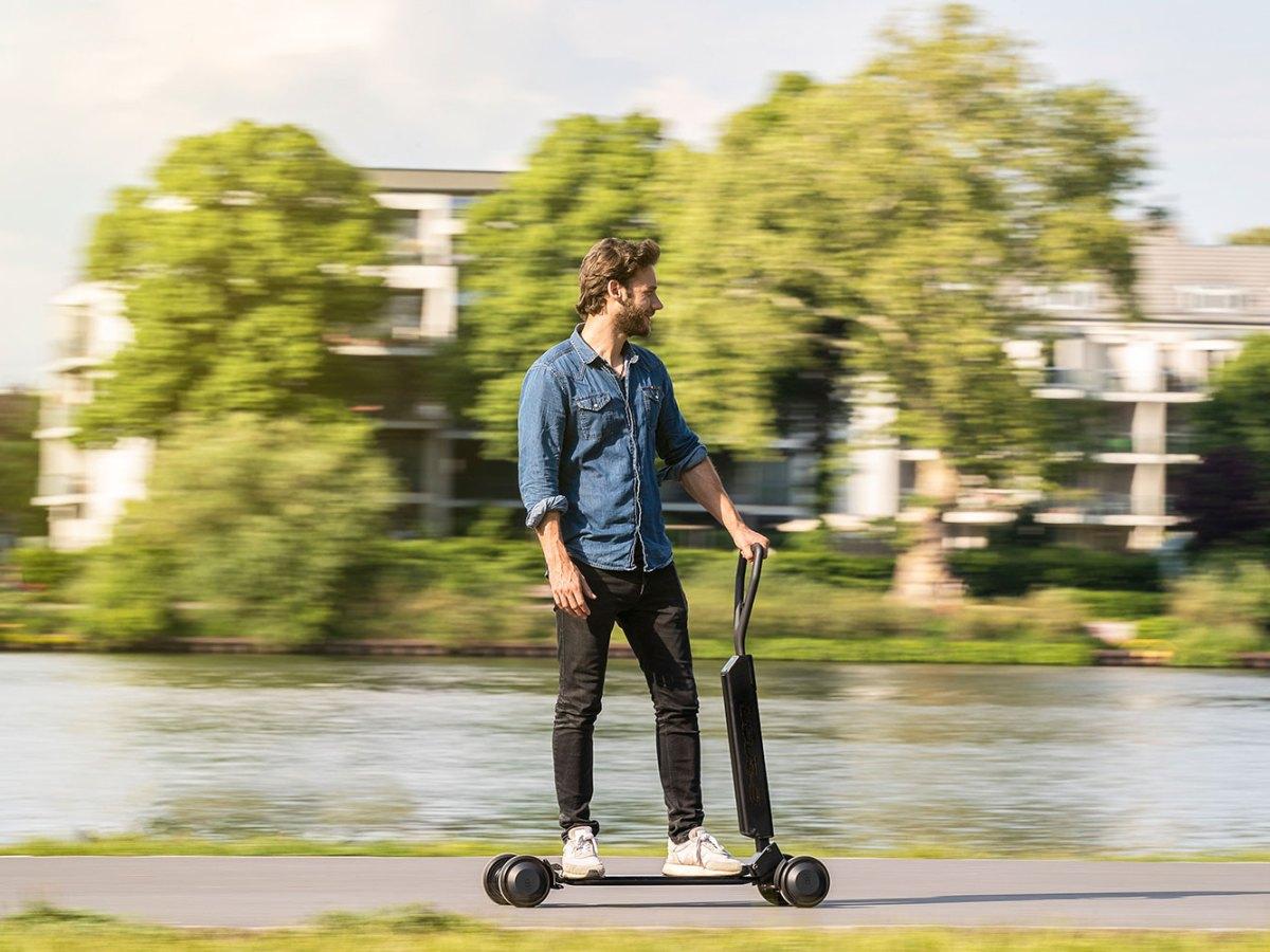 Hombre desplazándose en un patinete eléctrico