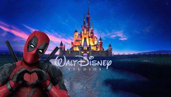 Deapool con el castillo Disney detrás