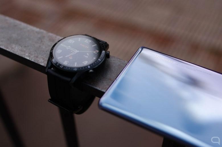 Huawei Watch GT 2 junto al Huawei Mate 30 Pro, con logo