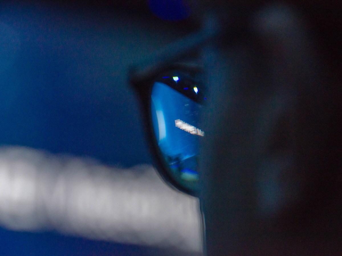 Logo de Huawei desenfocado durante la presentación de los Mate 30.