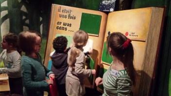 Lovés dans le décor d'une forêt magique, les petits peuvent apprendre à construire leur propre histoire. Activité participative de groupe très interactive et réussie.