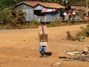 Jongetje met doos in Cambodja