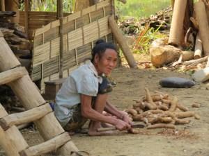 Vrouw-dorpje-bij-Muang-Ngoi-Laos