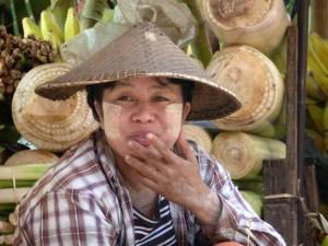 Marktvrouw met thanaka in Myanmar