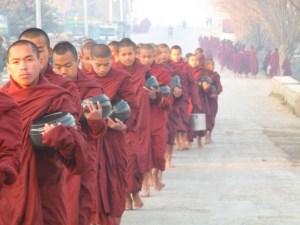 Monniken bij zonsopgang Myanmar