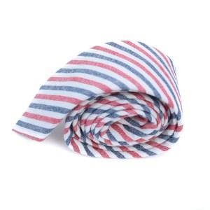 Gestreepte stropdas met vlaggenpatroon als opdruk: rood, wit, blauw.