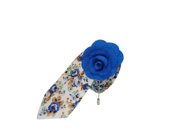 Witte stropdas met blauwe bloemen motief en stoffen blauwe roos broche