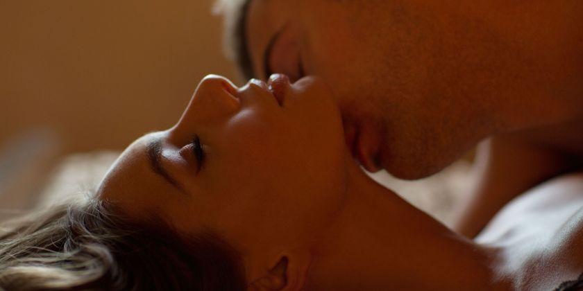 """<a href="""" http://www.cosmopolitan.com/sex-love/advice/questions/spice-up-man-on-top"""" target=""""_blank""""> Misyoner stilini hazırlayın </a> ve süper bir his yaratın Dizlerinizi göğsünüze doğru çekerek ve kalçalarınızın arkasını kavrayarak penetrasyon.  Ayrıca, ayak tabanlarını göğsünüze de yerleştirebilirsiniz ya da gerçekten esnek iseniz, ayak bileklerinizi veya bacaklarınızı omuzlarına yatırın."""