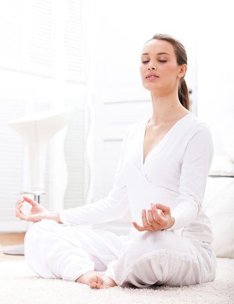 <p>Junto con una alimentación rica en antioxidantes y una buena calidad de sueño, <strong>es otro de los pilares básicos de la filosofía antiaging</strong>. Hacer ejercicio moderado (si es posible cada día) y mantenerse activos es el mejor seguro para tu salud, para mantener tu cuerpo joven y controlar el peso. Tu entrenamiento debe incluir <strong>ejercicio cardiovascular suave, tonificación muscular para evitar la flaccidez</strong> y estiramientos para que tu cuerpo se mantenga erguido y con una buena postura. El yoga es una disciplina ideal para mantener un cuerpo y una mente fuertes, jóvenes y en calma. <strong>Caminar es otro gran ejercicio antiaging</strong> que puedes practicar cada día simplemente con dejar el coche en casa.</p>
