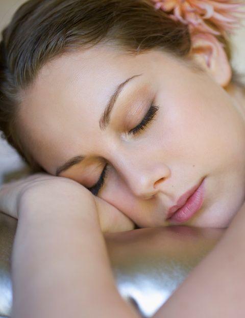 <p>Disfrutar de <strong>un descanso reparador es fundamental para estar guapa y joven</strong>, ya que mientras duermes tus órganos se recuperan, entre ellos tu piel. Lo ideal son ocho horas, un poco más o un poco menos según tu ritmo biológico. A partir de los 35 años la glándula pineal produce <strong>menos melatonina, lo que suele afectar a la calidad y cantidad del sueño</strong>. Si duermes poco y mal, si sufres estrés o te despiertas muchas veces durante la noche, te recomendamos consultar con un experto en problemas del sueño o antiaging. La prescripción de melatonina, la hormona que equilibra el sueño, puede ayudarte a alargar tus horas de sueño ¡y de vida!</p>