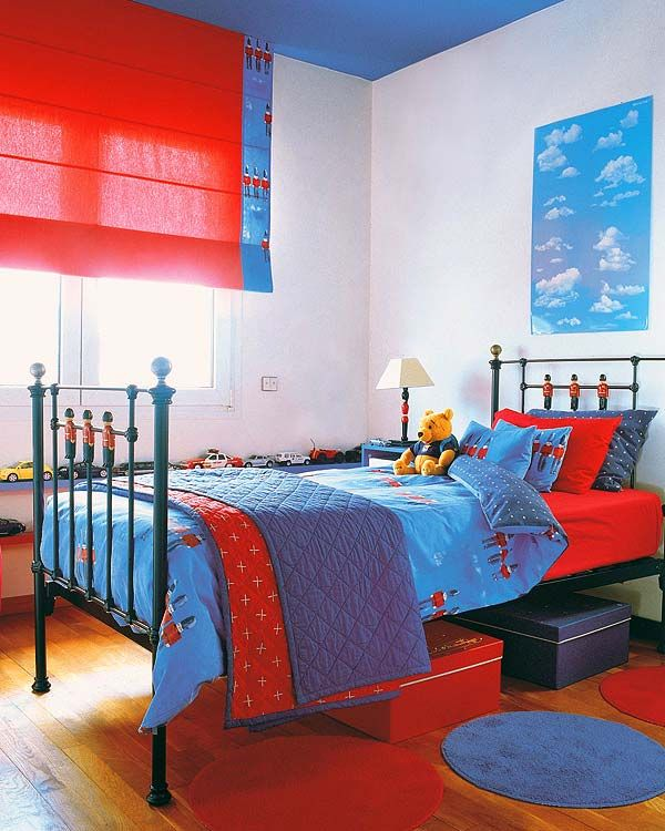 Un dormitorio juvenil en rojo y azul