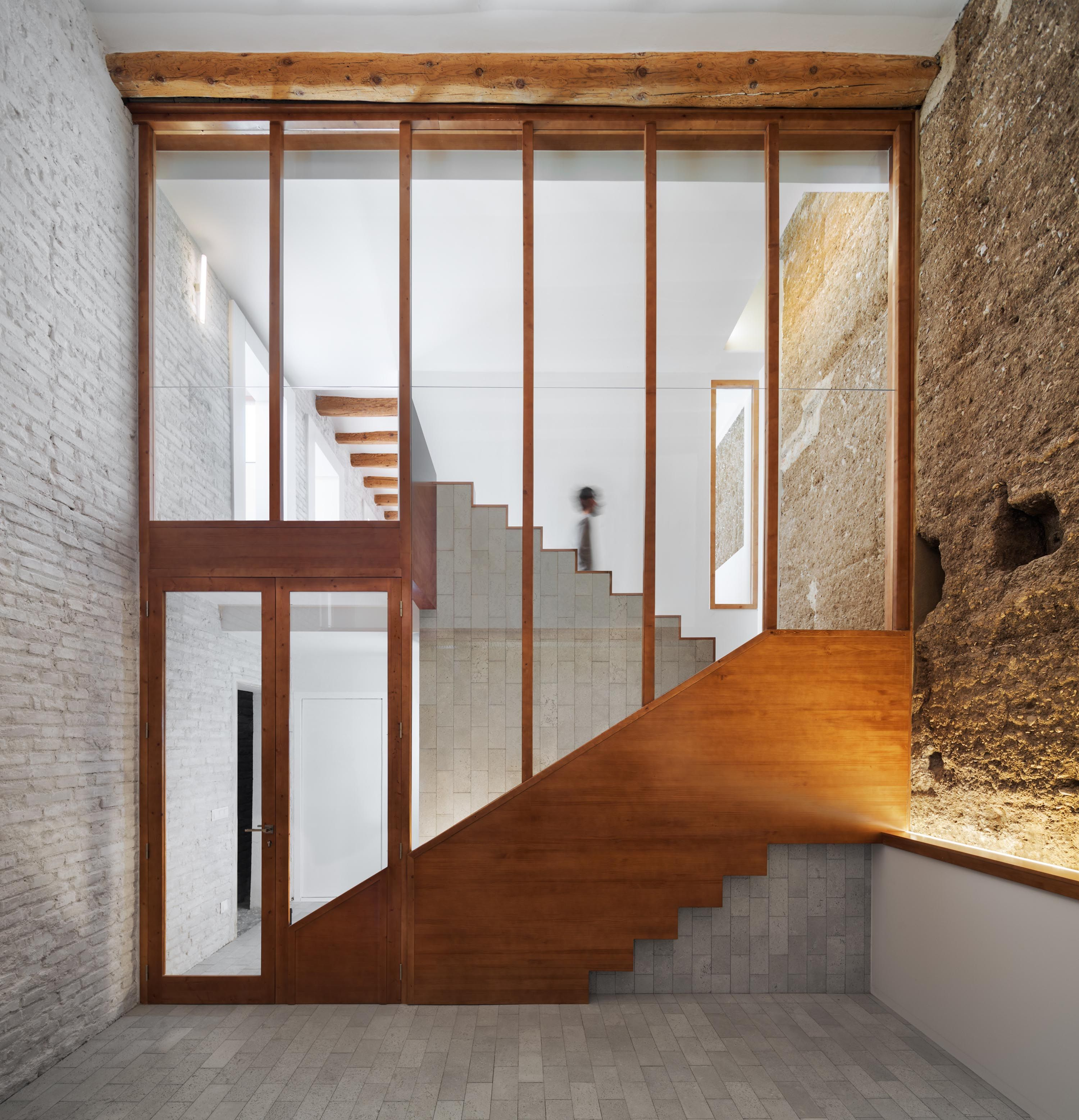 Invece se lavorate da soli nello studio, è sufficiente un tavolo e una sedia. Hiha Studio Renovates A Modern Courtyard House In Catalonia Spain