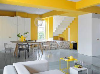 Un divertida casa con las paredes en amarillo Casas