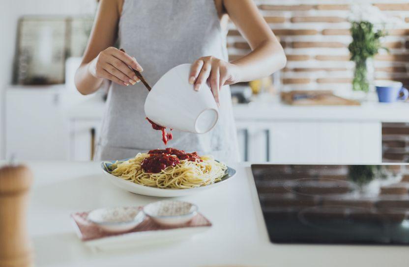 mujer cocinando pasta