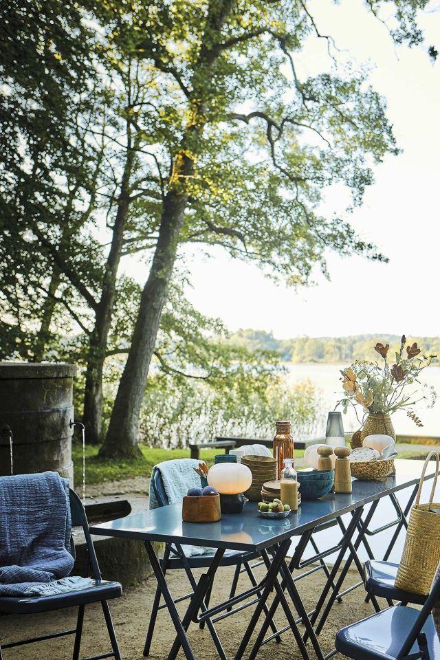 muebles de jardín comedor plegable azul en el jardín