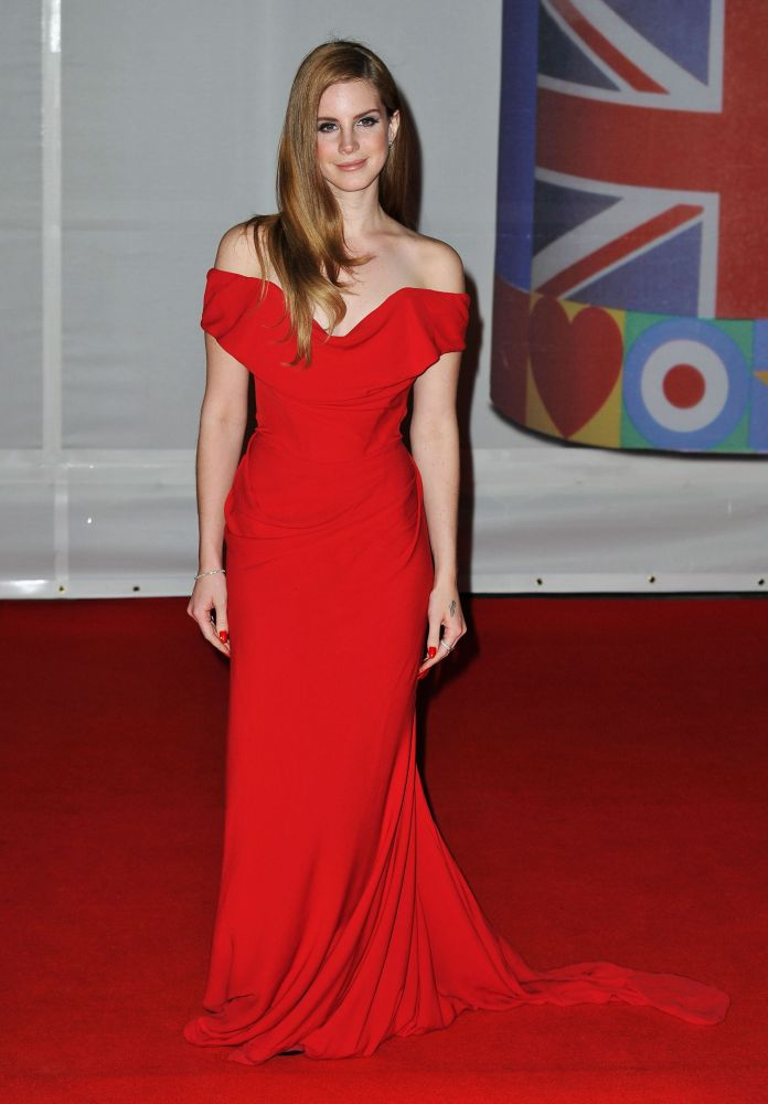 lana del rey with a red dress like pretty woman