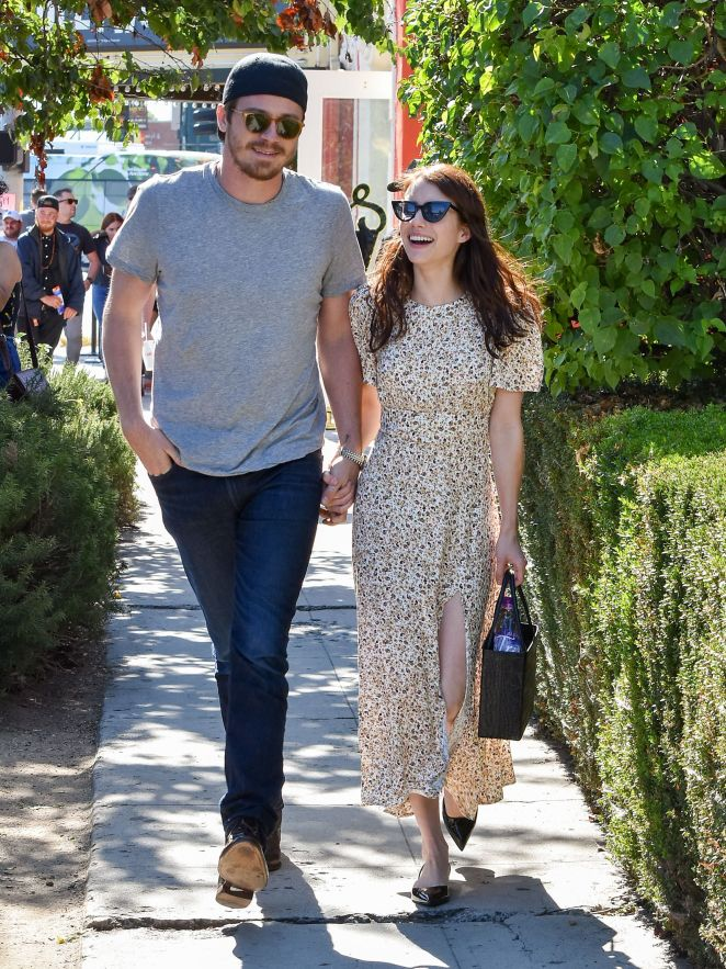 emma roberts and garrett hedlund expecting baby together