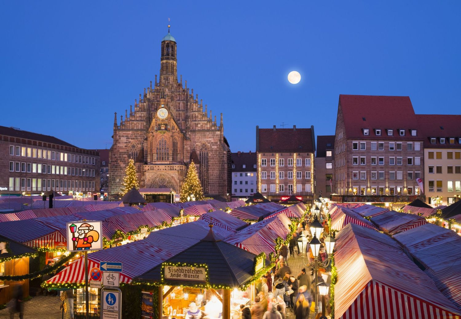 Germany, Nuremberg, view to Church of Our Lady and Christkindlmarkt