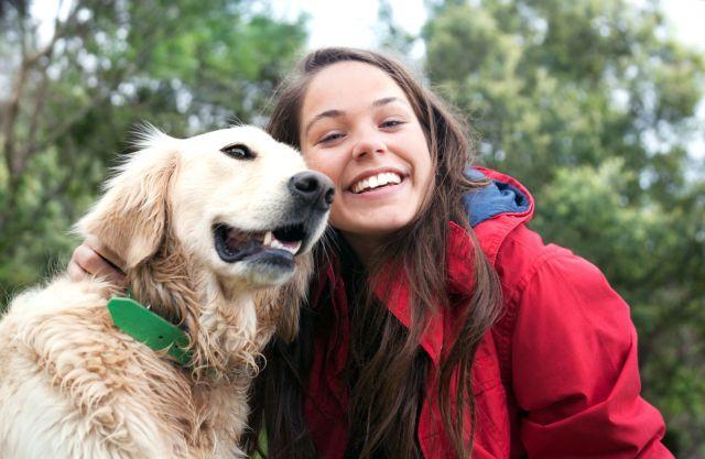 Chica adolescente y perro