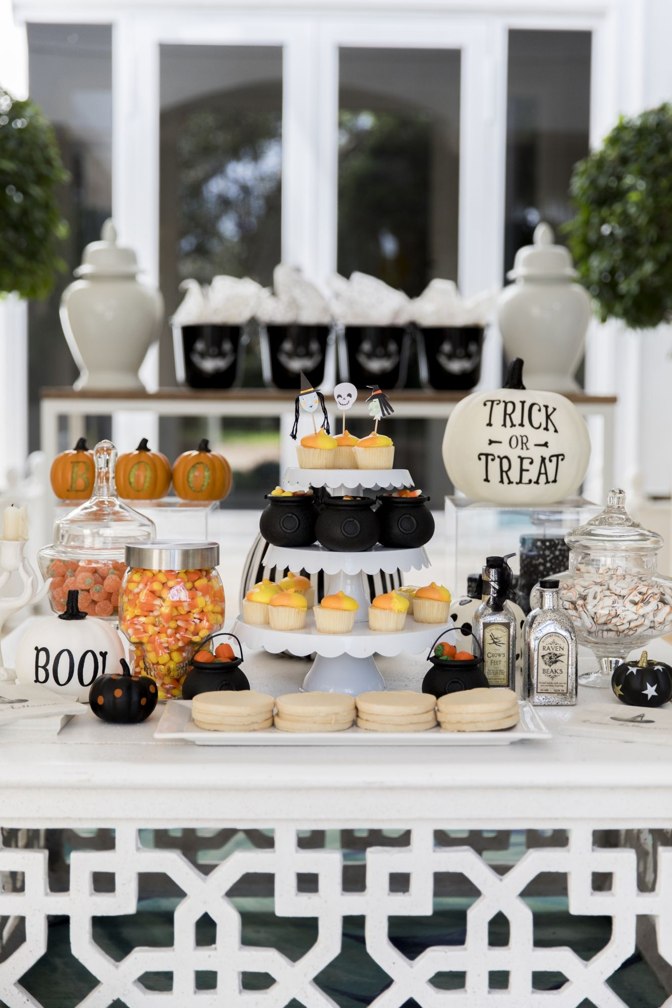 Your guests will become … 25 Elegant Adult Halloween Party Ideas Halloween Party Themes Decor 2019