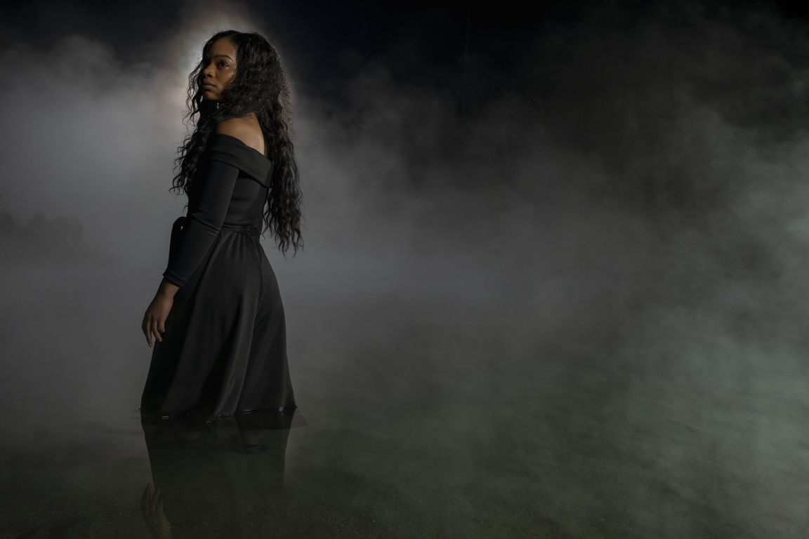 the haunting of bly manor l to r tahirah sharif as rebecca jessel in the haunting of bly manor cr eike schroternetflix © 2020