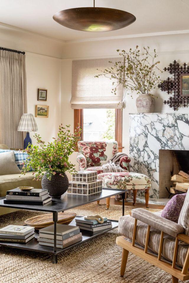 sala de estar ecléctica con chimenea de mármol