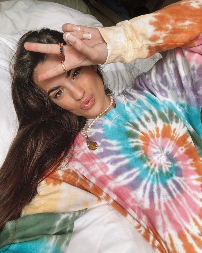 Marta Lozano with the sweatshirt tye-dye viral