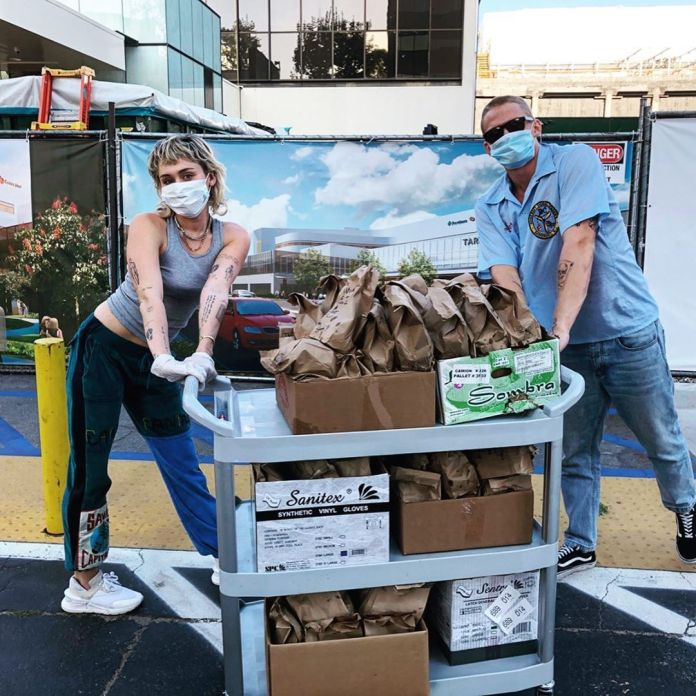 Miley Cyrus and Cody Simpson with masks and a car full of tacos to donate to the toilets that are working against the coronavirus.