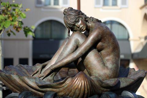 La statua dedicata a Brigitte Bardot a Saint-Tropez, ispirata da un acquerello di Milo Manara e realizzata in marmo toscano.