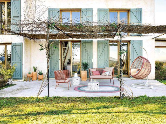 muebles de jardín salón en el porche con sillón colgante